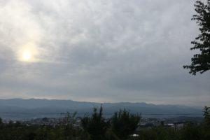 今朝の日の出です。うろこ雲の中南アルプスが、遠くに見えます。